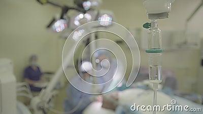 Tropfenzähler und eine Chirurgie im defocus stock footage