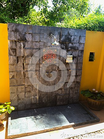 Free Tropical Outdoors Shower At Luxury Villa Royalty Free Stock Photos - 136975348