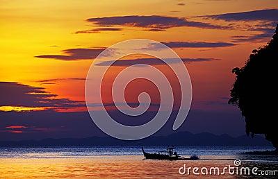 Tropisch strand bij zonsondergang