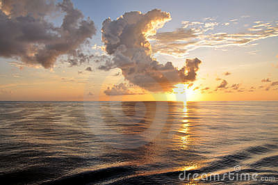 Tropische zonsopgang met wolken over oceaan