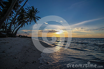 Tropischer Strand am Sonnenuntergang