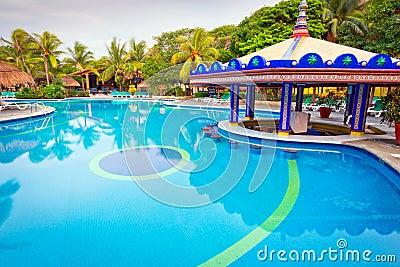 Tropischer Swimmingpool am Morgen