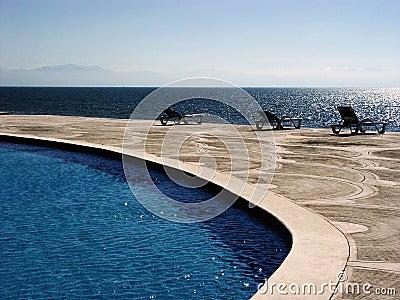 Tropisches Pool mit einer Ansicht