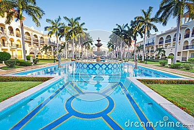 Tropisk semesterort med simbassängen