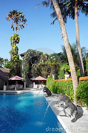 Tropisk simning för semesterort för bali hotellpöl