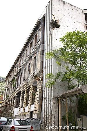 Trous de balles sur le bâtiment après guerre à Mostar