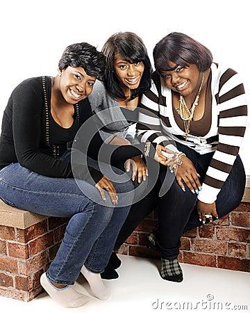 Três adolescentes felizes