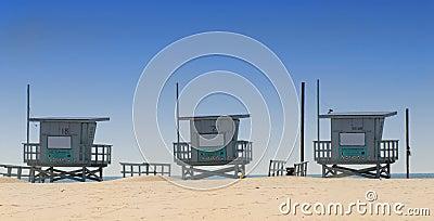 Três barracas do lifeguard em Veneza encalham, Califórnia