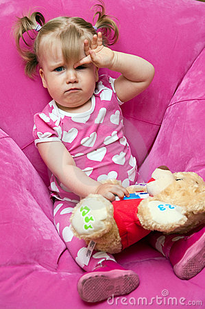 Trött liten flicka