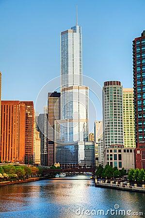 Trump l hôtel international et dominez Chicago, IL dans le matin Image stock éditorial