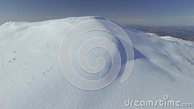 Trutnia krótkopędu śnieżna góra z śladami spadki 4K zbiory wideo