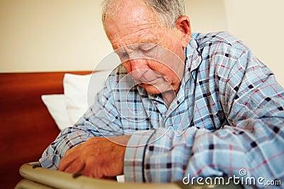 Tryckt ned pensionär för man för hälsoupplagor släkt