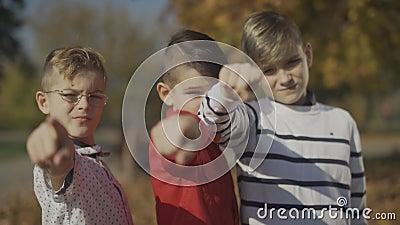Trzy chłopiec wskazuje palce przy kamerą Bracia wydają czas wpólnie outdoors Ostrość rusza się od przedpola zdjęcie wideo