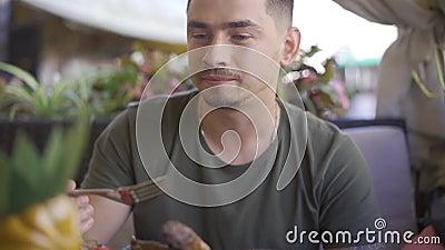Kerl isst Freundin aus