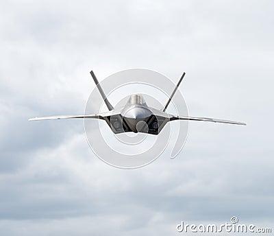 Título del avión de combate hacia la cámara