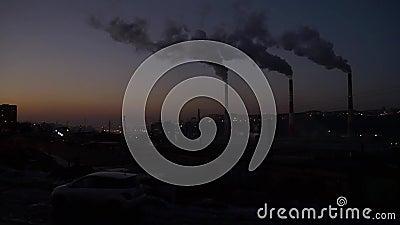 Tubi di fumo nella città stock footage