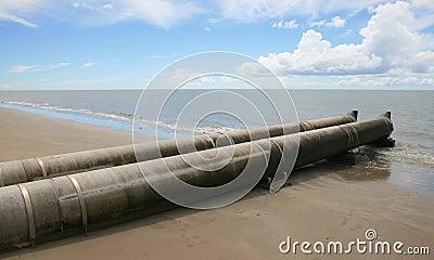 Tubo de las aguas residuales que drena en el océano