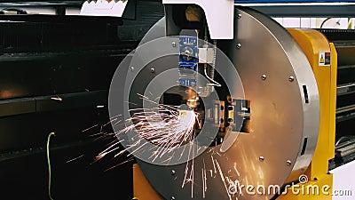 Tubo de metal para corte láser en el taller Tecnología, robótica e ingeniería de alta precisión almacen de metraje de vídeo