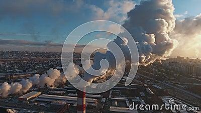 Tubos con humo: producción industrial, planta, contaminación atmosférica almacen de video