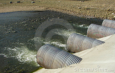 Tubulações da drenagem em uma central energética