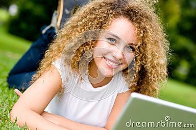 Étudiant de sourire à l extérieur