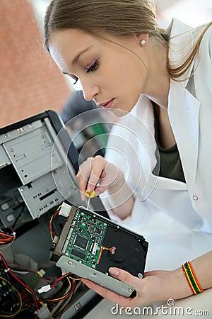 Fille d'étudiant dans l'unité de <b>disque dur</b> d'ordinateur de fixation de ... - tudiants-fixant-l-unit-de-disque-dur-pendant-la-classe-de-technologie-51287778