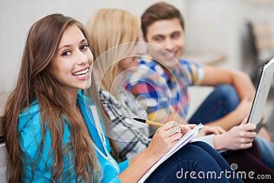 Étudiants s asseyant ensemble