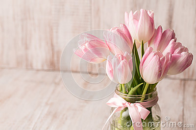 tulipes en pastel de rose et blanches dans le vase en verre pot avec la pi ce pour tex photo. Black Bedroom Furniture Sets. Home Design Ideas