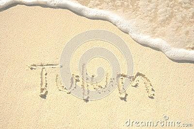 Tulum die in Zand op Strand wordt geschreven