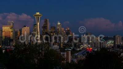 Tumetijdspanne van wolken en nachtlichten over cityscape van Seattle Washington van zonsondergang aan blauwe uur en nacht 4k uhd stock videobeelden
