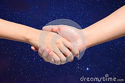 Tun Sie sich Hand zwischen Mann und Frau auf nächtlichem Himmel zusammen