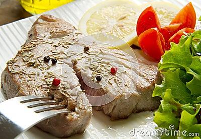 Tuna filet with salad