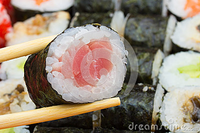 Tuna maki single roll