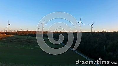 Turbinas de vento, campo amarelo vídeos de arquivo