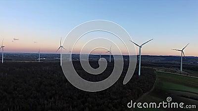 Turbine di vento, campo giallo stock footage