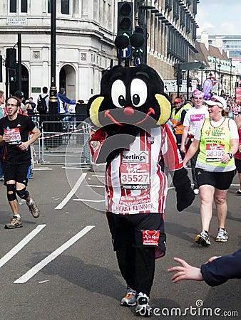 Turbines d amusement au marathon le 25 avril 2010 de Londres Photographie éditorial