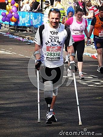 Turbines d amusement au marathon le 25 avril 2010 de Londres Photo éditorial