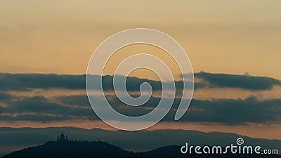 Turin tidschackningsperiod av solnedgången över basilika av Superga arkivfilmer
