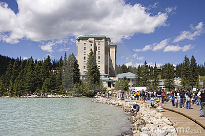 Turismo em massa em Lake Louise perto do castelo