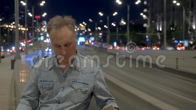 Turista con i supporti della mappa sul ponte con traffico nella sera video d archivio