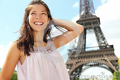 Turista da mulher do curso de Paris na torre Eiffel