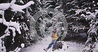 Turista do homem bonito que viaja apenas no meio da floresta que nevado quer obter morno e paradas para uma ruptura a filme