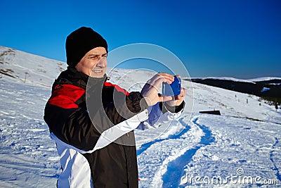Turista que dispara na paisagem com telefone móvel
