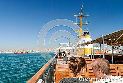 Turistas en el barco Foto de archivo editorial