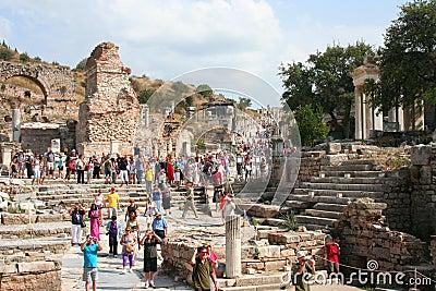 Turistas no ephesus Imagem Editorial