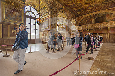 Turistas no palácio de Fontainbleau Fotografia Editorial