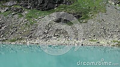 Turistas que andam na distância pelo lago pitoresco Kuyguk de turquesa Montanhas de Altai, Sib?ria, R?ssia vídeos de arquivo