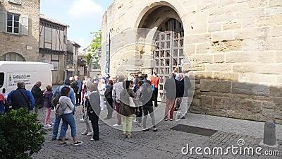 Turisti ai portoni del castello di Carcassonne video d archivio
