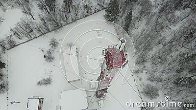 Turm mit den Antennen und Becken zellulär, drahtlos Hubschraubertrieb stock video footage