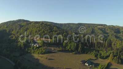 TURNOV TJECKIEN - JUNI, 2019: Flyg- surrsikt av den gotiska slotten i nationalparken Cesky Raj nära Prague arkivfilmer